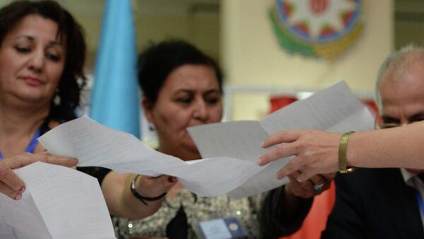 Сотрудники избирательной комиссии подсчитывают голоса. Архивное фото
