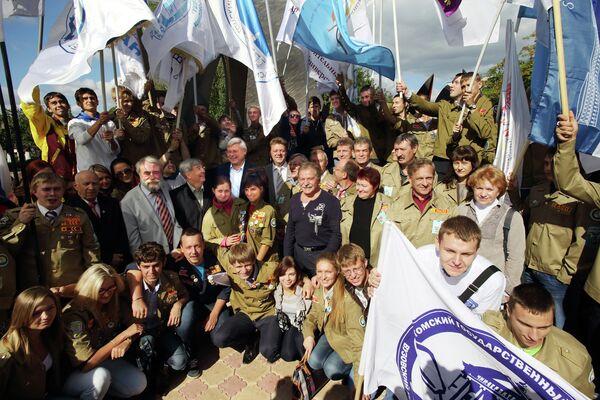 Сергей Жвачкин, Иван Кляйн и представители студотрядом на открытии стелы в честь 50-летия студотрядовского движения