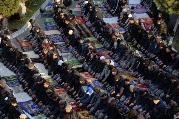 Курбан-байрам в Новосибирске: ряды молящихся вокруг мечети и на улицах