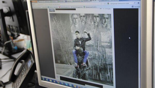 Фото молодого человека, оседлавшего памятник во Владивостоке