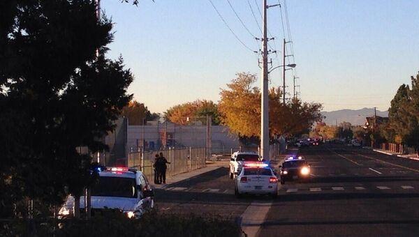 Полицейские машины на месте стрельбы на территории одной из школ в американском штате Невада