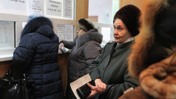 Женщина ожидает своей очереди в расчетно-кассовом центре ООО Тепловодоканал города Тары Омской области