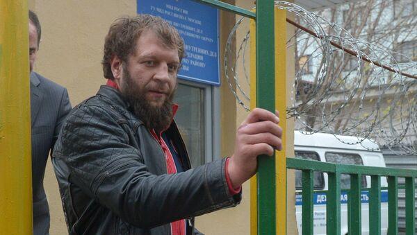 Александр Емельяненко у здания ОВД Даниловского района Москвы. Архивное фото