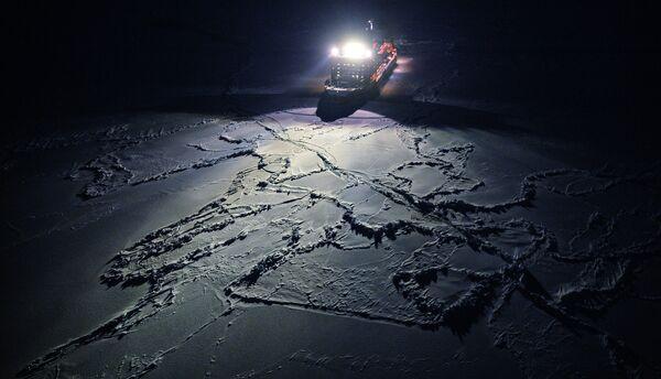 Вид с вертолета на атомный ледокол 50 лет Победы, движущийся к Северному полюсу