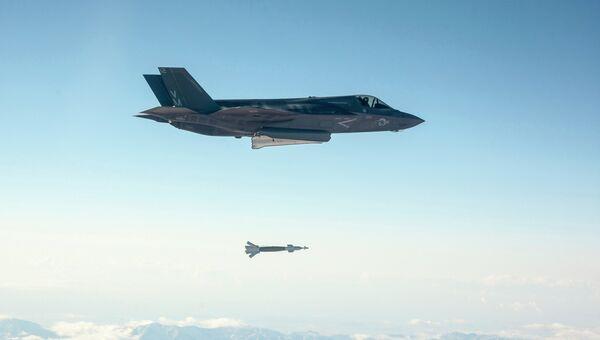 Бомбардировщик США F-35 в ходе испытаний в Калифорнии сбросил бомбу