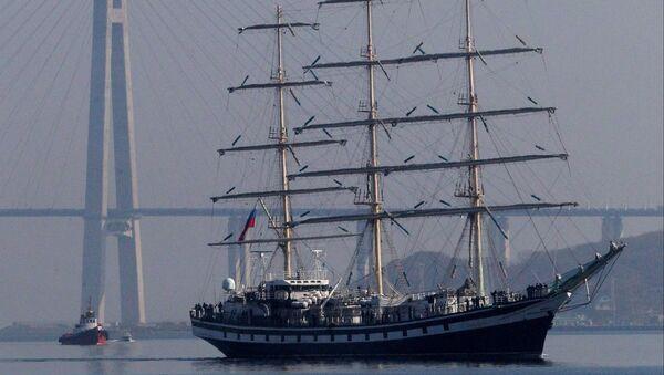 Парусный фрегат Паллада проходит мимо острова Русский во Владивостоке, архивное фото