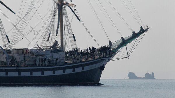 Парусный фрегат Паллада в Амурском заливе во Владивостоке. Архивное фото