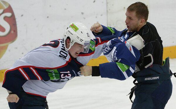 Игрок Сибири Виталий Карамнов (слева) и игрок Динамо Юрий Бабенко