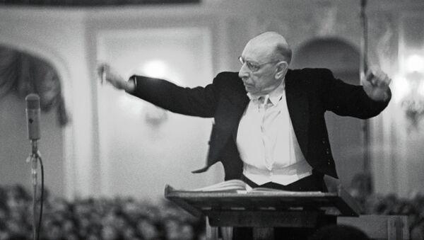 Композитор Игорь Федорович Стравинский дирижирует оркестром. Архивное фото