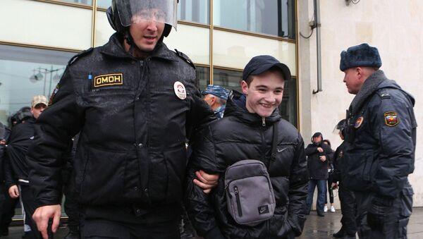 Правоохранители задерживают участника несанкционированного шествия. Фото с места события