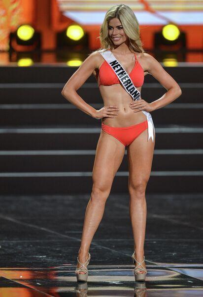 Участница конкурса Мисс Вселенная-2013 из Нидерландов Стефани Тенси во время полуфинала