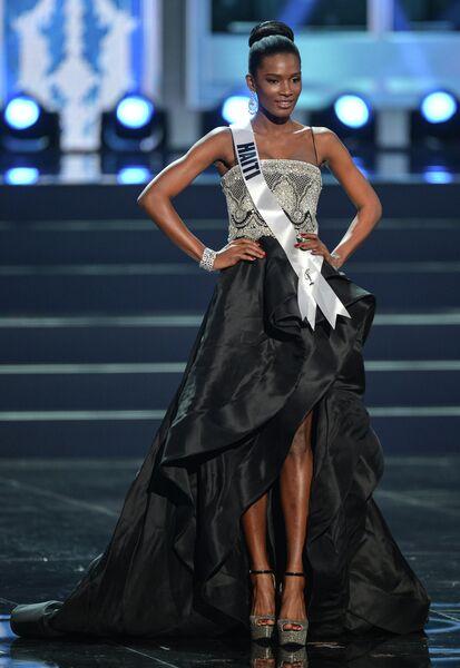 Участница конкурса Мисс Вселенная-2013 с Гаити Мондиана Пьер во время полуфинала