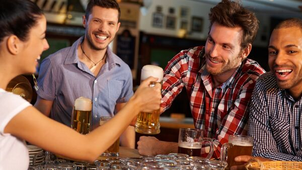 Компания друзей в баре, архивное фото