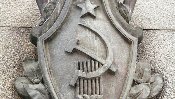 Эмблема на здании Федеральной службы безопасности России. Архивное фото