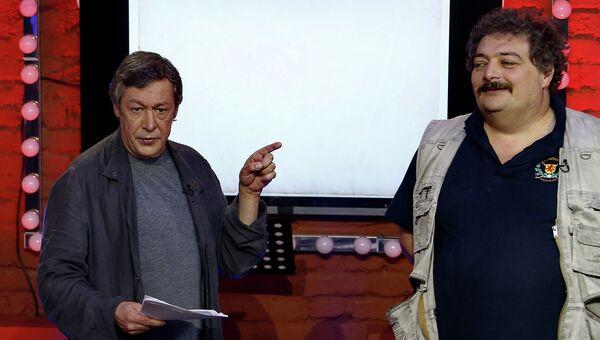 Актер Михаил Ефремов и поэт Дмитрий Быков во время прямого эфира ньюзикла Господин Хороший