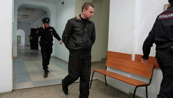 Экс-инспектор ДПС Алексей Мозго в сопровождении сотрудников полиции, архивное фото