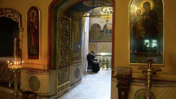 Студенты читают церковную литературу в московской духовной академии
