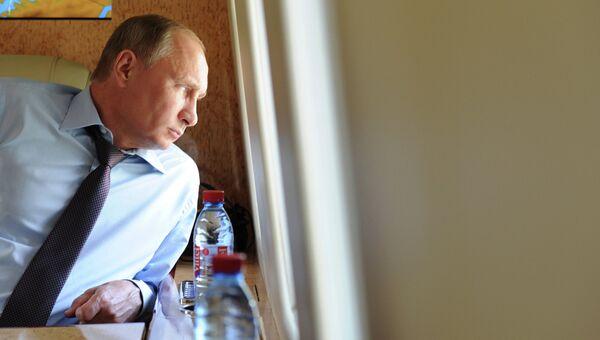 Президент РФ Владимир Путин в салоне вертолета. Архивное фото