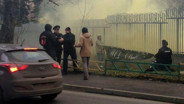Посольство Польши в Москве закидали файерами и дымовыми шашками