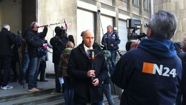 Журналисты перед зданием ганноверского Земельного суда, где идет процесс над бывшим президентом Германии Кристианом Вульфом. Архивное фото