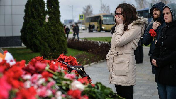 Жители Казани кладут цветы у входа в международный аэропорт Казань в память о погибших в авиакатастрофе самолета Boeing 737