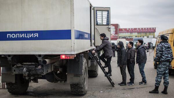 Задержанные во время рейда полиции мигранты, архивное фото