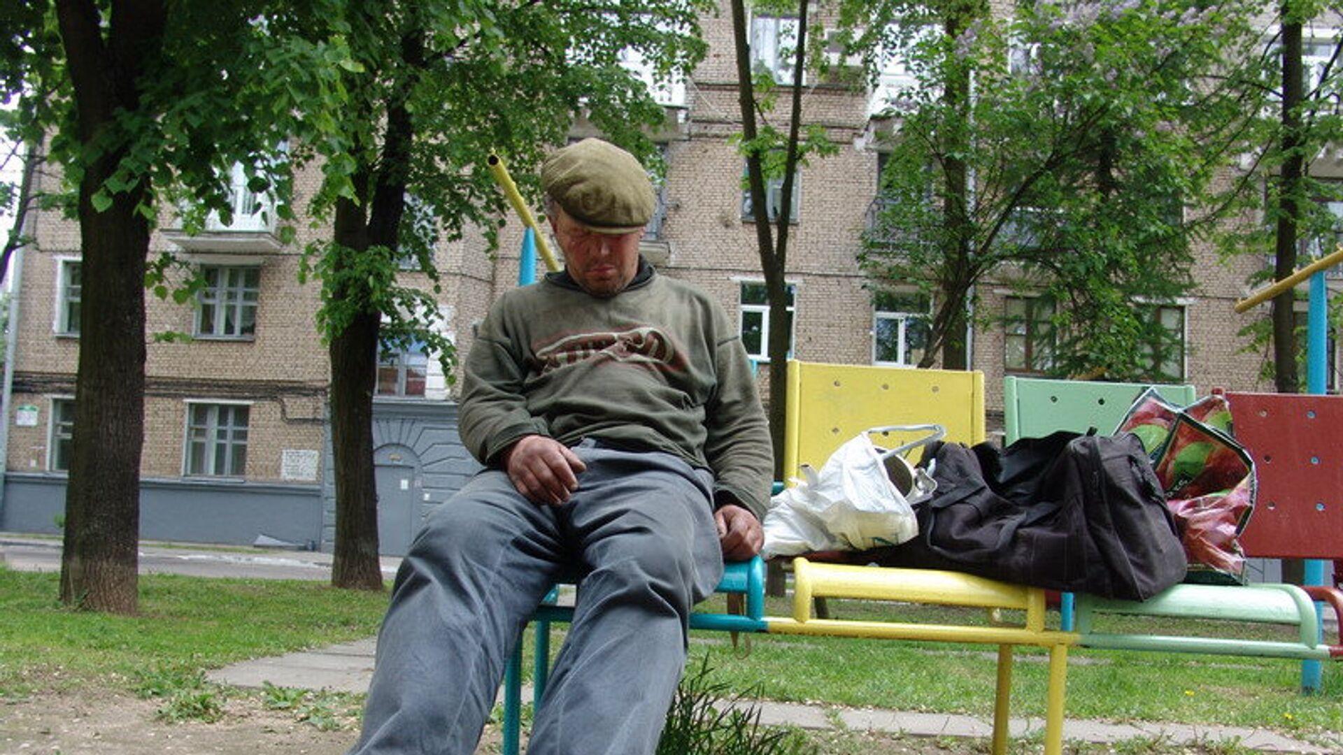 Пьяный мужчина на лавочке города Минска - РИА Новости, 1920, 16.08.2021