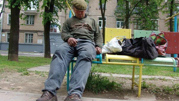 Пьяный мужчина на лавочке города Минска