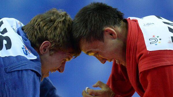 Илья Хлыбов (в синем) и Багдат Жарыгассов. Архивное фото