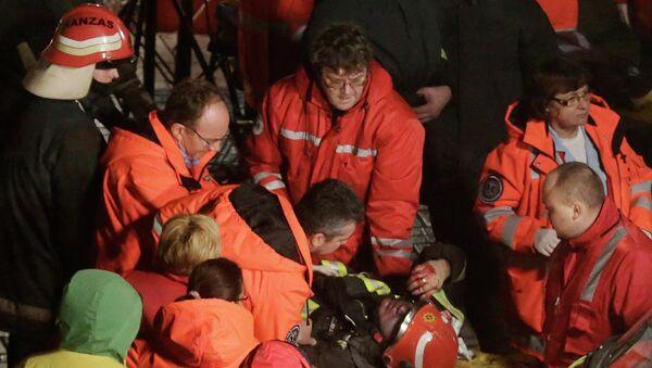 Работа спасателей на месте обрушения супермаркета в Риге