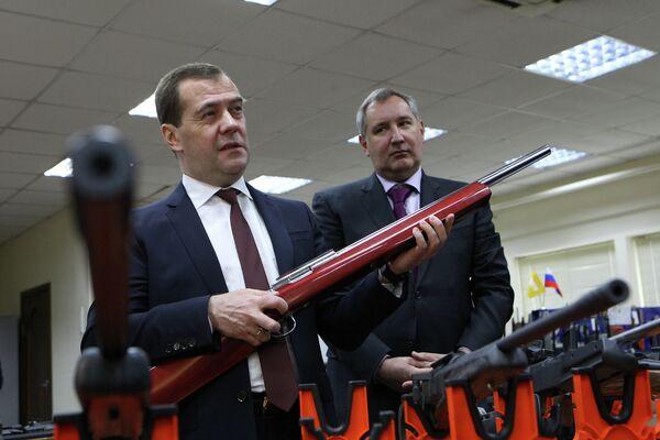 Председатель правительства РФ Дмитрий Медведев осматривает образцы стрелкового оружия российского производства