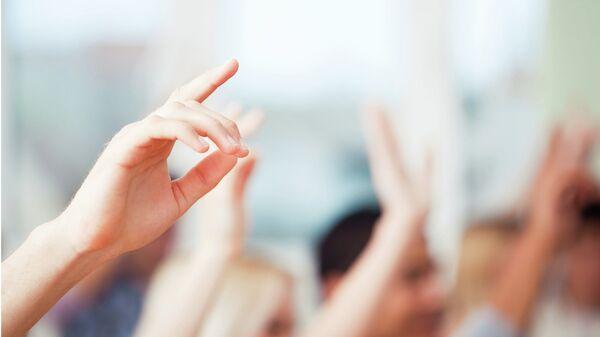 Поднятые вверх руки