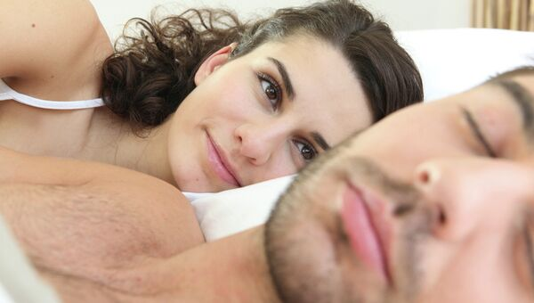 Женщина смотрит на мужа