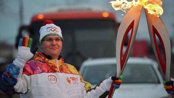 Руководитель Объединенной редакции новостей Российского Агентства Международной Информации РИА Новости Олег Осипов во время эстафеты Олимпийского огня в Иркутске. Фото с места события