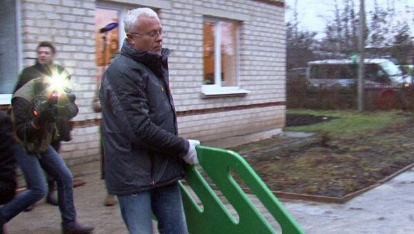 Наказанный за драку с Полонским банкир Лебедев собрал качели в детсаду