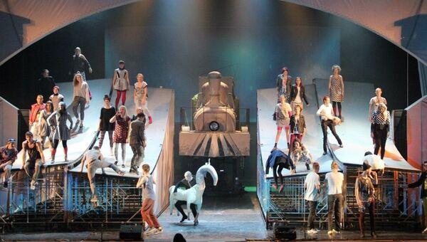 Сцена из спектакля Музыка серебряных спиц в Петербургском Мюзик-Холле