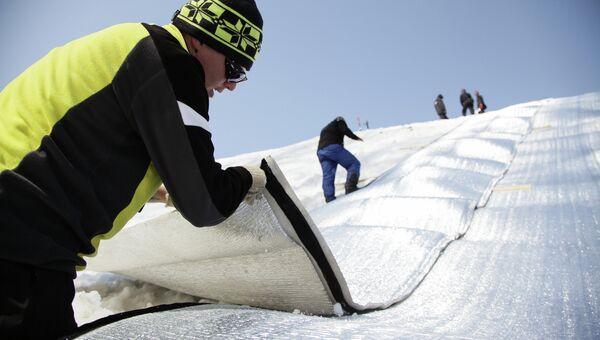 Консервация снега на склонах Роза Хутор к Олимпиаде в Сочи. Архивное фото