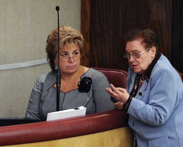 Татьяна Нестеренко и Алевтина Апарина во время заседания Государственной думы России.