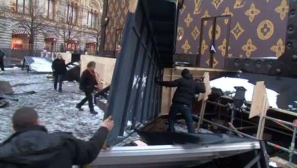Рабочие вручную разбирали вызвавший скандал павильон-чемодан у Кремля