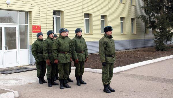 Военные Шиловского гарнизона у одной из отремонтированных казарм. Архивное фото