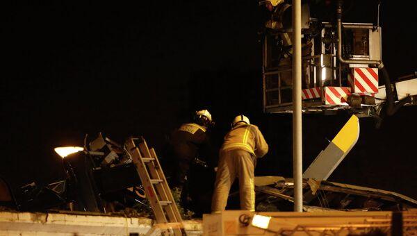 Полицейский вертолет рухнул на крышу паба в Шотландии. Фото с места события