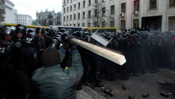 Мужчина с палкой нападает на сотрудников правоохранительных органов в Киеве