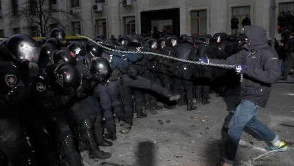 Попытка митингующих прорваться к зданию президентской администрации в Киеве