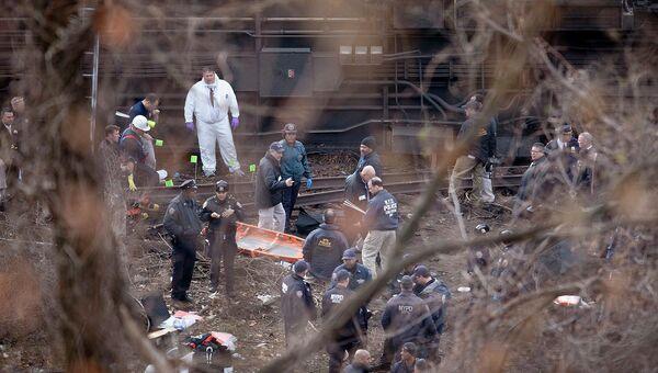 Работа спасателей на месте в Нью-Йорке, где пассажирский поезд сошел с рельсов. Архивное фото