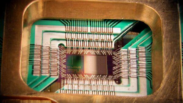 Чип процессора 128-кубитного квантового компьютера, произведенный компанией D-Wave Systems Inc.