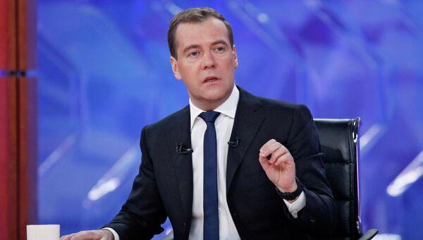Дмитрий Медведев отвечает на вопросы во время встречи в прямом эфире с представителями федеральных телеканалов в студии телецентра Останкино