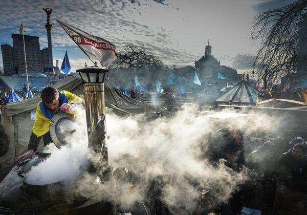 Раздача горячей еды участникам акций сторонников евроинтеграции у палаточного городка на площади Независимости в Киеве