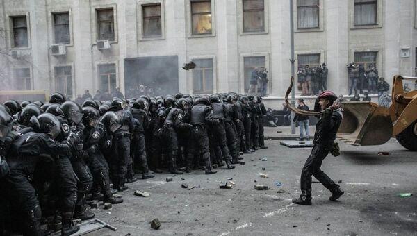 Столкновения сторонников евроинтеграции Украины с бойцами сил правопорядка во время беспорядков возле здания Администрации президента Украины на Банковой улице в Киеве. Архивное фото