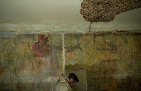 Реставратор восстанавливает фрески 30-х годов на стенах одного из домов. Королев, Московская область