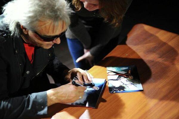 Певец Константин Кинчев с поклонницей во время автограф-сессии